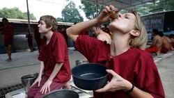 Kuil Wat Thamkrabok di Thailand terkenal karena program detoksifikasinya diklaim bisa membersihkan para pecandu narkoba. Semua orang bisa mencobanya gratis.