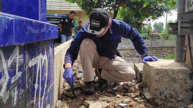 Anggota Labfor Polri mencari selonsong peluru di sekitar TKP.