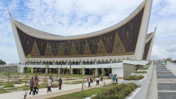 Memiliki halaman luas, masjid raya Sumatera Barat juga dirancang tahan gempa dan memiliki shelter evakuasi tsunami. (Zulfan Ariansyah/dTraveler)