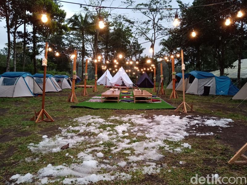 Inilah Indekostour Glamping, sebuah camping ground dengan konsep baru di daerah Kaliurang, Sleman, DI Yogyakarta. Traveler bisa merasakan berkemah dengan nuansa salju seperti di Eropa. (Ristu Hanafi/detikTravel)