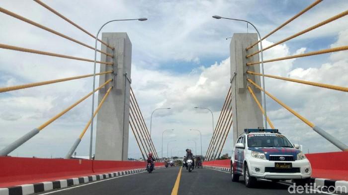 Setelah penantian selama 4 tahun, Jembatan Musi IV yang berada di Kota Palembang, Sumatera Selatan dibuka untuk umum. Yuk lihat jembatannya.