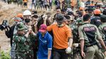 Potret Bahu Membahu Tim SAR Cari Korban Longsor di Sukabumi