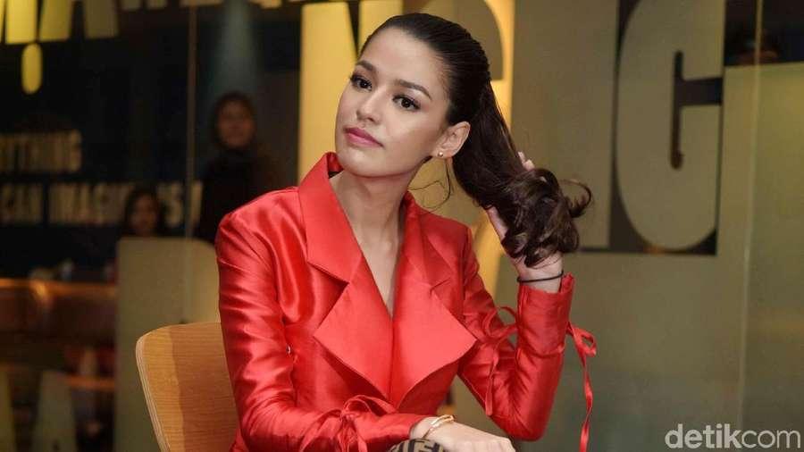 Sexy In Red! Susan Sameh Pamer Kaki Jenjangnya