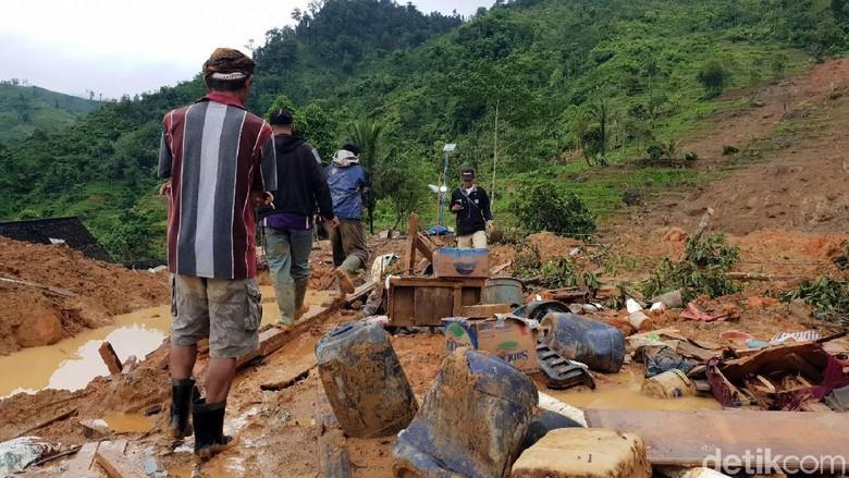 Potret Upaya Evakuasi Korban Longsor di Sukabumi