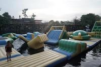 Di kolam berair jernih itu, pengunjung tidak perlu takut gelombang atau terseret arus. (Foto: Tommy Bernadus/dTraveler)