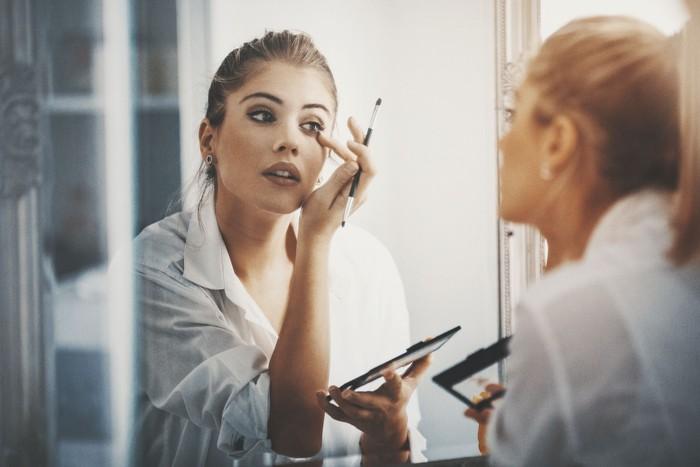 Ilustrasi tips beli makeup lewat jastip. Foto: iStock