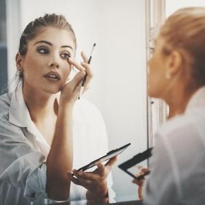 Survei: Wanita Tetap Pakai Makeup Saat Kerja di Rumah untuk Jaga Kewarasan