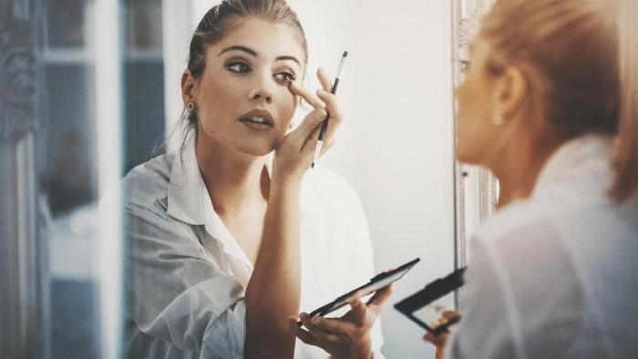 Ilustrasi wanita makeup. Foto: iStock