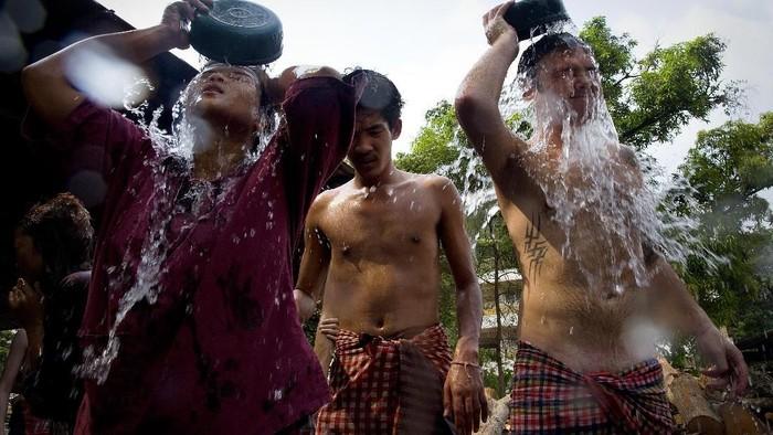 Para pecandu di Kuil Wat Thamkrabok mandi usai jalani terapi detoks muntah. (Foto: Paula Bronstein/Getty Images)