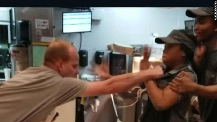Pria AS serang pegawai restoran cepat saji karena sedotan (Brenda Biandudi via CNN)
