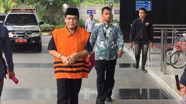 Taufik datang ke KPK untuk perpanjangan penahanan.
