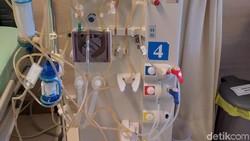 Proses cuci darah memakan waktu yang cukup lama. Sekali treatment, pasien melakukan cuci darah selama 3-4 jam. Perawatannya juga nggak boleh sembarangan lho.