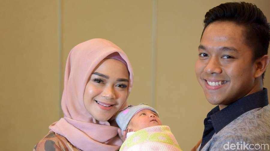 Wajah Bahagia Sheza Idris Sambut Anak Pertama