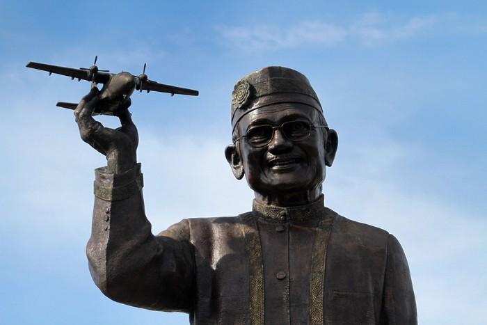 Patung raksasa BJ Habibie di Gorontalo masih dalam proses pembangunan. Patung perunggu itu pun disebut senilai Rp 1,7 miliar. Seperti apa bentuknya?