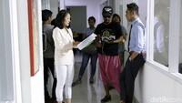Siti Badriah dan Krisjiana Baharudin saat syuting sebuah FTV di kawasan Meruya, Jakarta Barat.Pool/Palevi S/detikFoto.