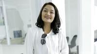 Wah, Siti Badriah happy banget nih main bareng sang pacar?Pool/Palevi S/detikFoto.