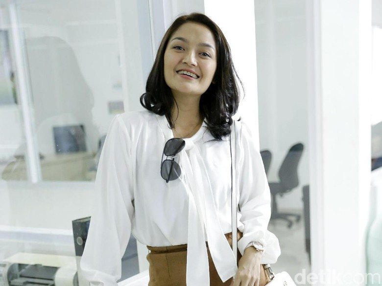 Mirip Drama Korea, Siti Badriah Dilamar Krisjiana dengan Cincin Mendiang Ibu