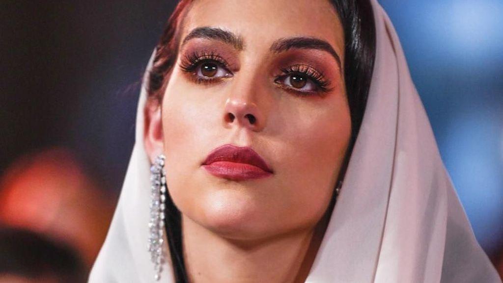 Gaya Kekasih Ronaldo Georgina Rodriguez Pakai Kerudung Di Dubai