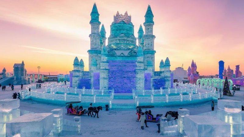 Hawa dingin yang menggetarkan gigi akan menyambut wisatawan yang datang ke Kota Harbin. Ya benar, inilah Festival Internasional Patung Es dan Salju Harbin (Harbin International Ice and Snow Sculpture Festival) (STR/AFP/Getty Images/CNN Travel)