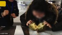Kocak! Wanita Ini Belah Durian Pakai Gergaji di Dalam Stasiun Kereta