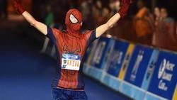 Ada yang jadi Spiderman, tapi ada juga yang jadi pohon natal. Ah ada-ada saja, simak foto yang mengabadikan momen lucu peserta lari yang pakai kostum.