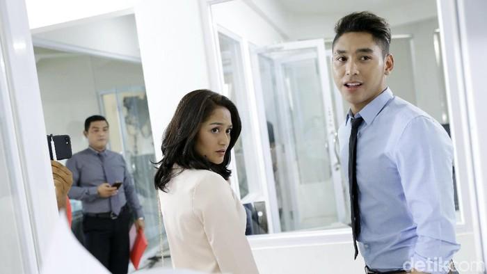 Siti Badriah dan pacarnya saat syuting FTV di kawasan Meruya.