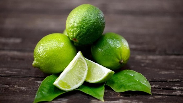 Mojito garnished with mint and limes.