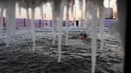 Sensasi Berenang di Bawah Suhu Minus 35 Derajat Celcius