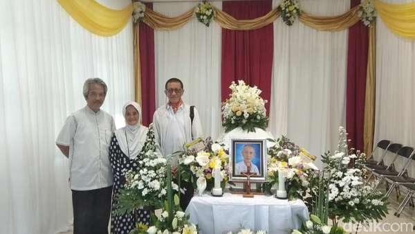 Suasana Duka Selimuti Kepergian Ayah Didik Nini Thowok