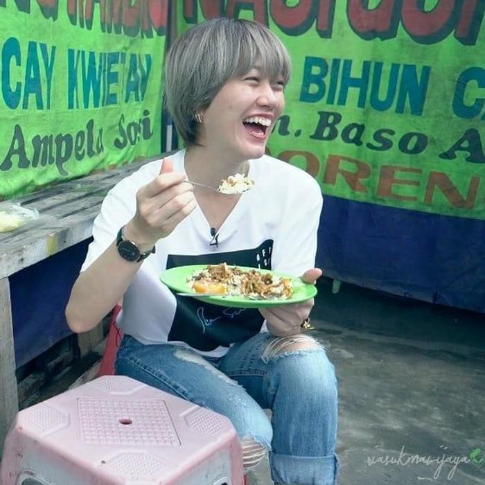 Ria SW punya gaya yang keren dan imut saat mengabadikan momen kulinerannya di vlog, hingga akun Instagram miliknya. Ini posenya saat makan nasi goreng gila di pinggir jalan. Foto: Instagram @riasukmawijaya
