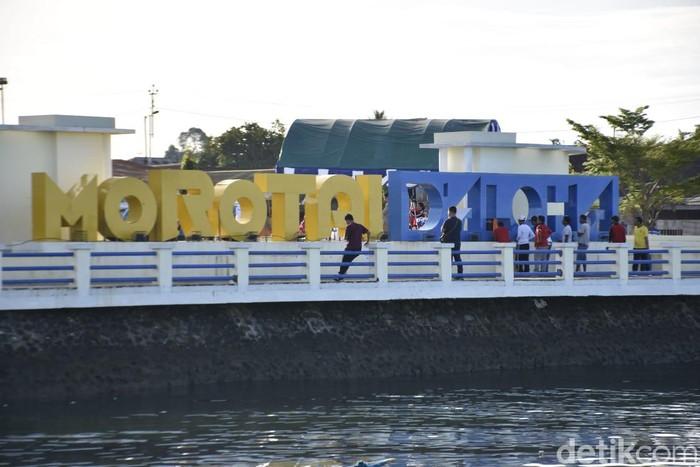 WiFi gratis bikin taman kota Morotai kian asyik buat narsis. (Foto: BAKTI Kominfo)