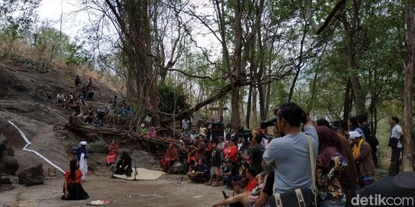Area sekitar gua dipergunakan untuk pertunjukan seni budaya regional dan Internasional. Wisatawan juga bisa mampir untuk mengenal sejarah Kediri di Museum Airlangga. (Istimewa)