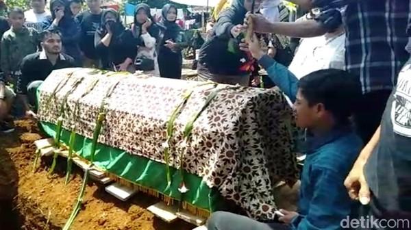 Jenazah Torro Margens Dimakamkan, Tangis Istri dan Anak Pecah
