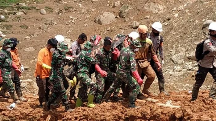 Evakuasi korban longsor di Sukabumi. (Foto: istimewa)