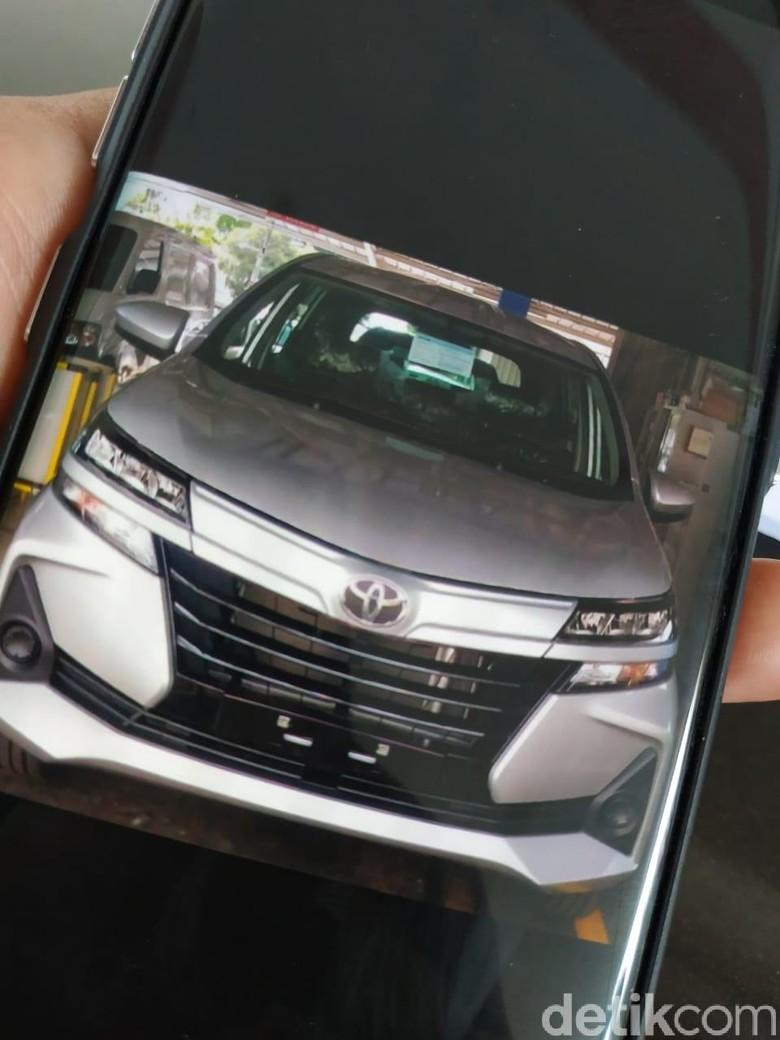 Tenaga penjual Toyota memperlihatkan desain Avanza 2019 di HP miliknya. Foto: Ridwan Arifin