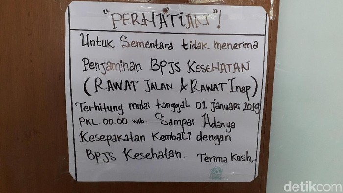 Pemberitahuan pihak rumah sakit mengenai pemberhentian layanan BPJS sementara. (Foto: Rosmha/detikHealth)