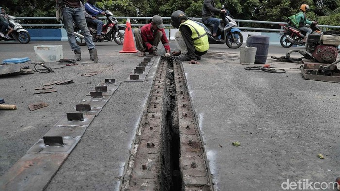 Flyover di kawasan Kemayoran, Jakarta, sempat mengalami kerenggangan. Hari ini petugas mulai memperbaiki sambungan siar muai (expansion joint) yang rusak. (Pradita Utama/detikcom)