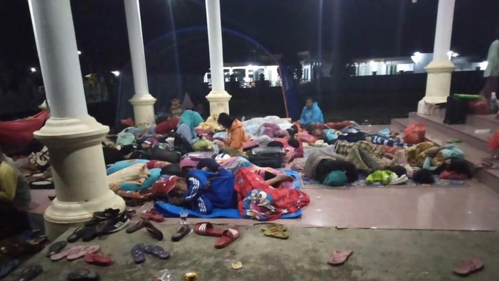 Diguncang Gempa, Warga Labuha Mengungsi di Rumdin Bupati hingga Gunung