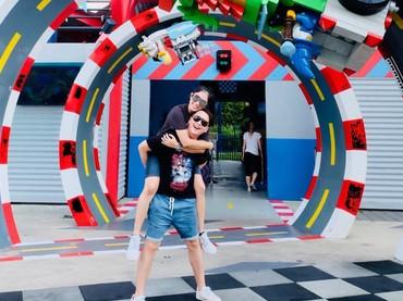 Wah, mumpung anak-anak nggak ikutan foto nih. Bunda Ussy dan Ayah Dhika mengenang masa-masa saat berpacaran. Mesra! (Foto: Instagram @ussypratama)