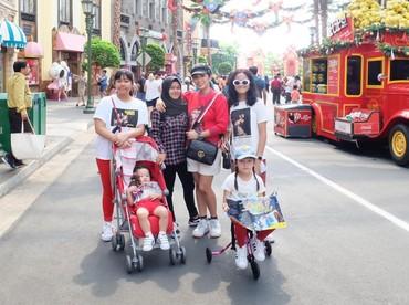 Selain keempat putrinya, Ussy juga mengajak sang asisten tuh, Bun. Wah, senang banget ya Mbak Cucu ikut liburan juga. (Foto: Instagram @ussypratama)