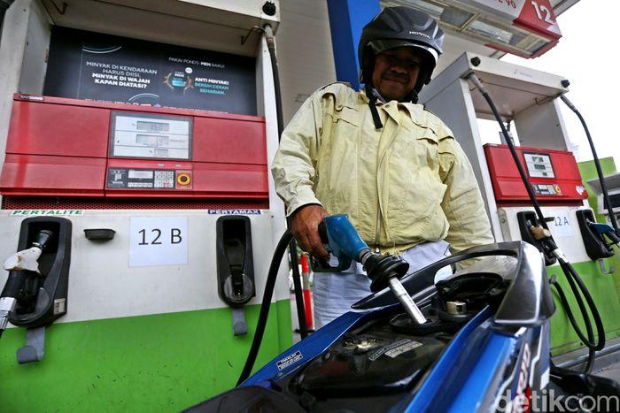 PT Pertamina (Persero) akhirnyamengikutijejakparakompetitornya, yakni menurunkan harga jual bahan bakar minyak (BBM) non subsidi. Beberapa badan usaha, sebut saja,Shell dan Total telah memangkas harga jual lebih dulu.