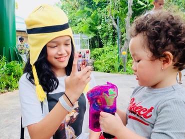 Kakak Ara emang paling hobi deh mengabadikan segala tingkah lucu adik bungsunya. Tapi, yang difoto tetap asik sendiri tuh sama mainannya. (Foto: Instagram @ussypratama)