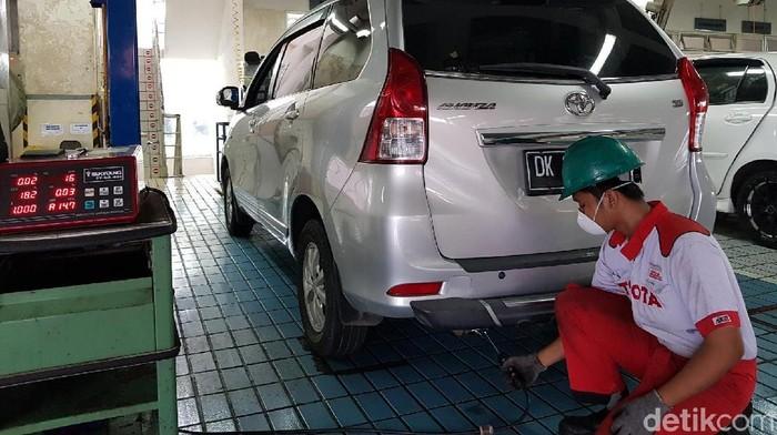 Ingin tahu berapa angka emisi kendaraan roda empat Anda? Anda bisa mencoba uji emisi gratis di Bali. Tapi ini hanya berlaku untuk pengguna mobil Toyota yang menggunakan BBM Pertamina.
