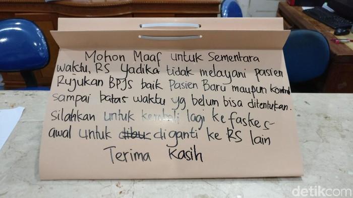 Pengumuman di RS Yadika soal dihentikannya layanan untuk pasien BPJS Kesehatan (Foto: Firdaus/detikHealth)