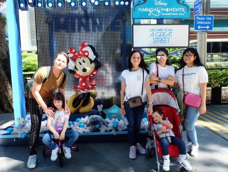 Ussy dan Andhika memboyong keempat anak mereka, Amel, Ara, Elea, dan si bungsu Sheva. Mereka keliling sejumlah destinasi wisata paling hits di Sungapura, seperti Disneyland dan Universal Studios. (Foto: Instagram @ussypratama)
