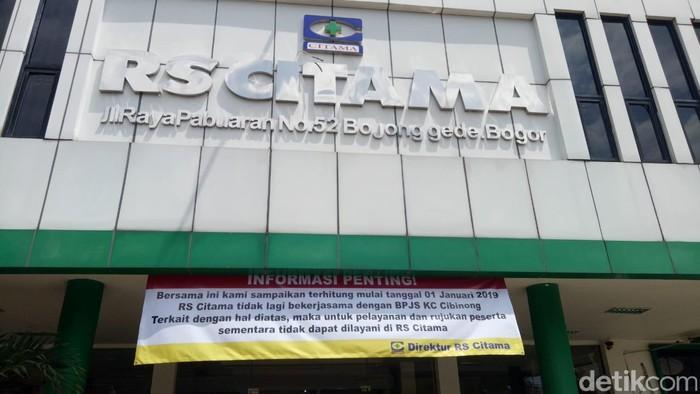 Selain itu, RS Citama Bogor pun memberitahukan pasien mengenai penghentian pelayanan pasien BPJS Kesehatan melalui sebuah banner besar yang diletakkan di depan pintu masuk. Foto: Kireina/detikHealth