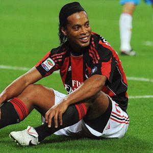Momen Ronaldinho Minta Ampun ke Lawan lalu Kasih Jersey
