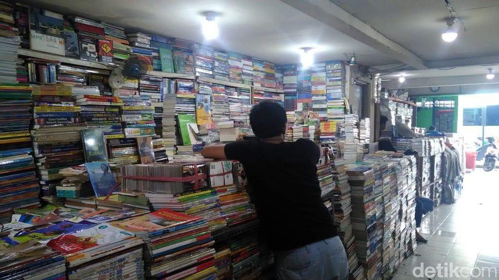 Masih Ada Anak Muda yang Pilih Cara Offline Cari Buku di Kwitang