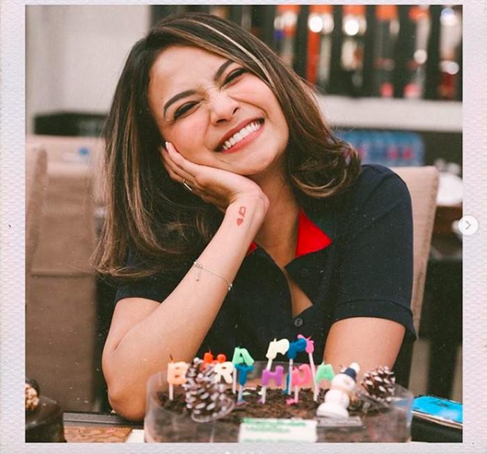 Vanessa baru saja rayakan ulang tahun ke 27 pada 21 Desember lalu. Kala itu ia tersenyum bahagia di depan kue ulang tahun.Foto: Instagram vanessaangelofficial