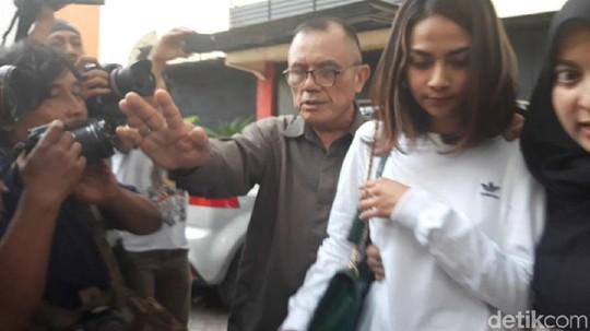Berwajah Sedih, Vanessa Angel Keluar dari Polda Jatim